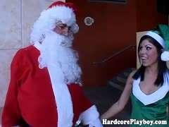 Exotische Weihnachtselfen Elle Voneva und Harmony Wonders werden vom Weihnachtsmann gefickt