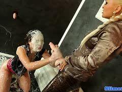 Lesbische Sklavin dient der Herrin