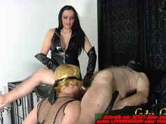 Blonder deutscher Crossdresser bei Gynstuhl Blowjob im BDSM Studio